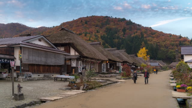 福島県大内宿の混雑時間経過: 観光 - 材木点の映像素材/bロール