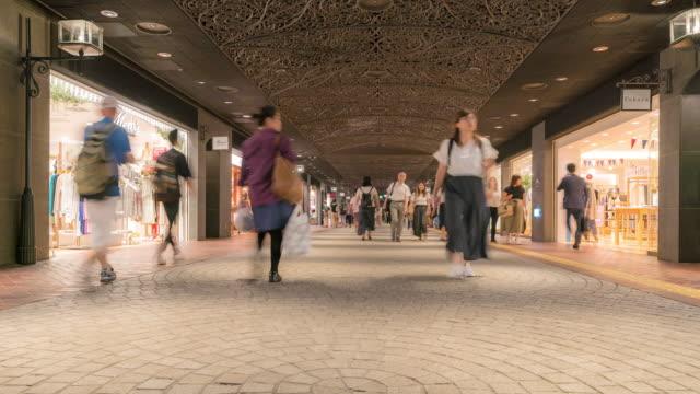 vidéos et rushes de time-lapse tourist crowded at tenjin shopping street in fukuoka cityscape centre-japonais - brocante