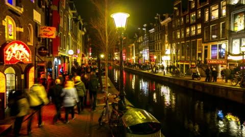 time-lapse: turisten gol amsterdams red light district natt, netherland - stadsdelstyp bildbanksvideor och videomaterial från bakom kulisserna