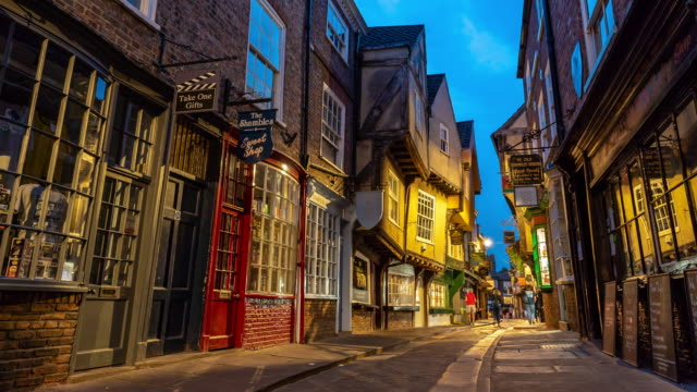 zeitraffer: fußgänger pendler touristenmassen an york watscheln einkaufsviertel in york england uk in der abenddämmerung - timber stock-videos und b-roll-filmmaterial