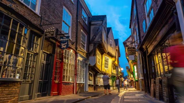 time-lapse: turist fotgängare pendlare publik på york knega shoppingområde i york england storbritannien i skymningen - yorkshire bildbanksvideor och videomaterial från bakom kulisserna
