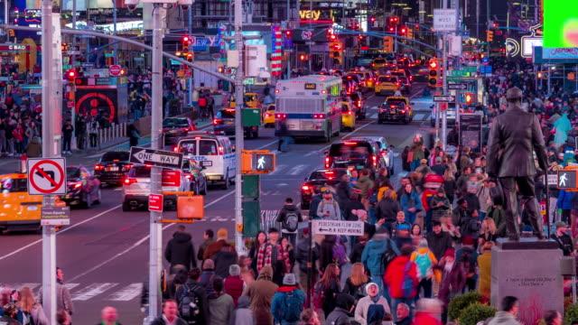 zeitraffer: tourist pedestrian überfüllt am times square new york city bei sonnenuntergang nacht - fußgängerübergang stock-videos und b-roll-filmmaterial