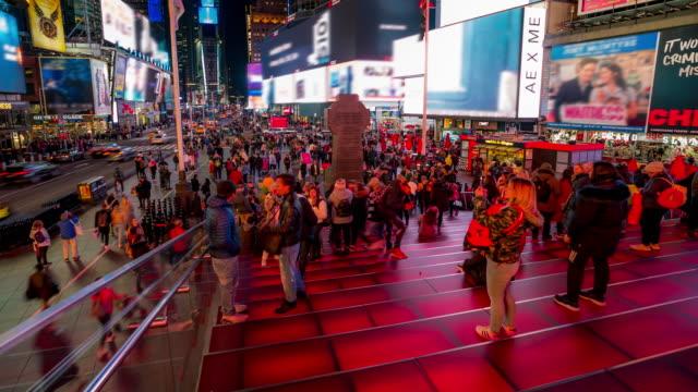 zeitraffer: tourist pedestrian überfüllt am times square new york city bei sonnenuntergang nacht - quadratisch komposition stock-videos und b-roll-filmmaterial