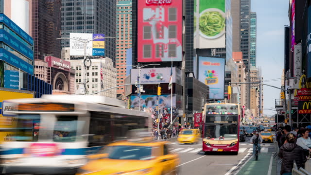 time-lapse: turist fotgängare trångt på times square new york city usa i sunny day - digital skyltning bildbanksvideor och videomaterial från bakom kulisserna