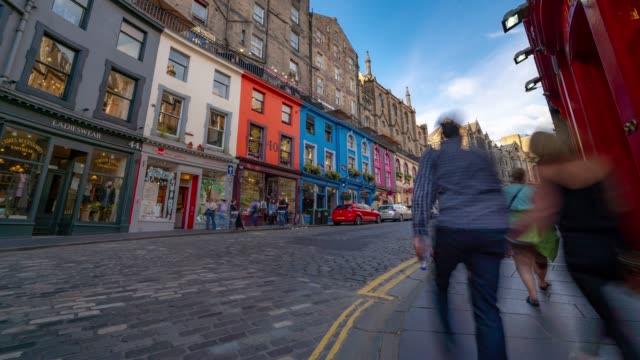 time-lapse: pedone turistico affollato a victoria street royal mile nel centro storico di edimburgo scozia regno unito - scottish culture video stock e b–roll