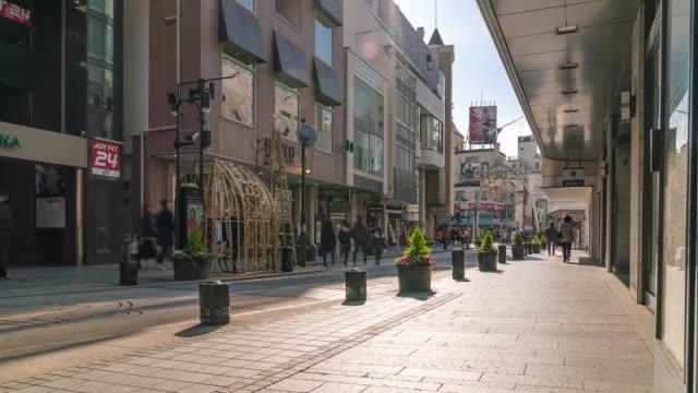 タイムラプス:横浜の元町商店街で観光客の歩行者が混雑したショッピング - 田舎点の映像素材/bロール