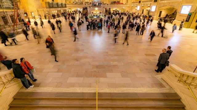 vídeos y material grabado en eventos de stock de time-lapse: tourist pedestrians crowd en la estación de tren y metro grand central de nueva york - estación edificio de transporte