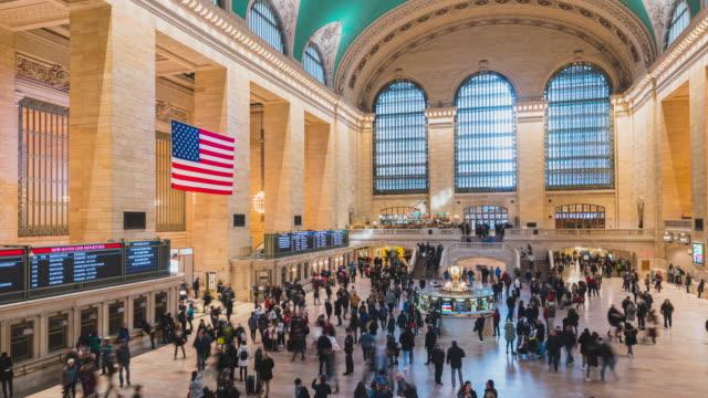 4kタイムラプスツーリスト歩行者群衆はニューヨークグランドセントラル列車と地下鉄駅旅行アメリカのライフスタイルコンセプトニューヨーク、米国ニューヨークを歩きます - 発着案内板点の映像素材/bロール