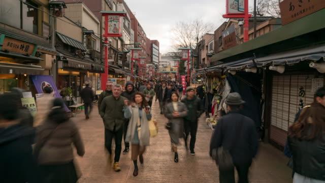 vídeos de stock, filmes e b-roll de lapso de tempo: turista pedestres compras ao redor nakamise market asakusa sensoji temple - templo asakusa kannon