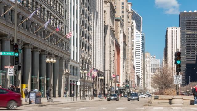 vidéos et rushes de time-lapse: les touristes se pressent autour de millennium park chicago downtown, il usa - route 66