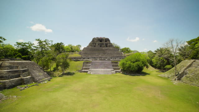 vidéos et rushes de time-lapse: tourists visiting a mayan temple in belize maya ruins, belize - maya