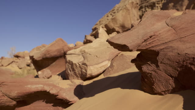 vídeos de stock, filmes e b-roll de timelapse track as rock shadows shift in desert valley, wadi rum, jordan - erodido