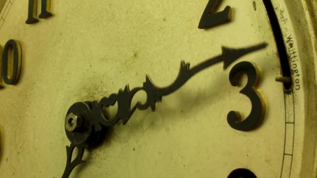 vidéos et rushes de timelapse track up and down an old clock face - machinerie