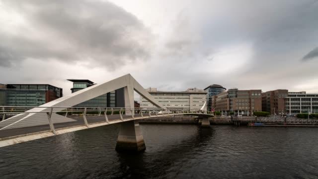 vídeos de stock e filmes b-roll de time-lapse tradeston bridge with downtown building and river clyde in glasgow scotland uk - glasgow escócia