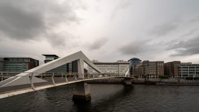 ダウンタウンの建物と川クライドとグラスゴースコットランド英国のタイムラプス tradeston 橋 - スコットランド グラスゴー点の映像素材/bロール