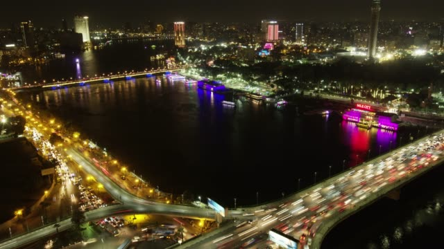 stockvideo's en b-roll-footage met timelapse traffic at night in central cairo, egypt. - caïro