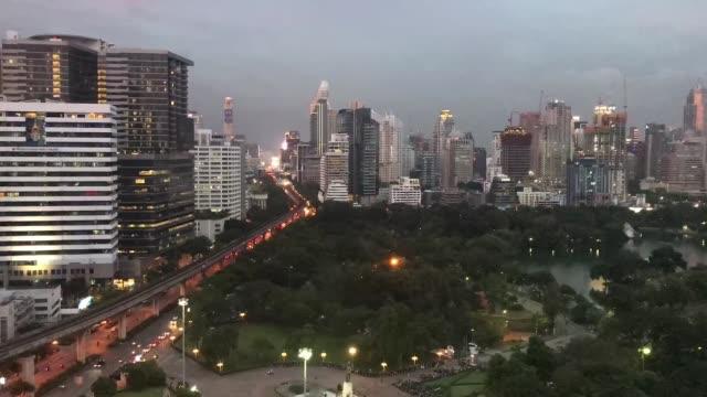 Timelapse Verkehr nachts in Thailand.