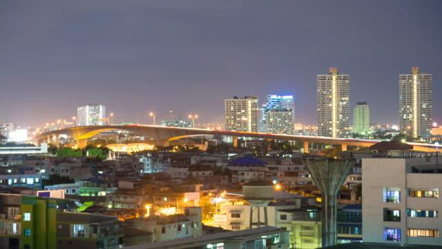 4 K Zeitraffer: Verkehr Auto-River-Brücke in der Nacht in Bangkok.