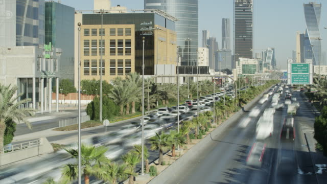 vídeos de stock e filmes b-roll de timelapse traffic flow in central riyadh, saudi arabia - arábia saudita