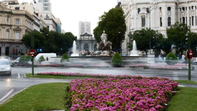 vídeos de stock, filmes e b-roll de timelapse traffic in madrid city centre - praça