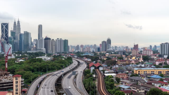 time-lapse verkehr malaysia stadt, schwenken links video 4k. - petronas twin towers stock-videos und b-roll-filmmaterial