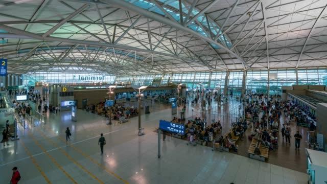 zeitraffer-verkehr von menschen in incheon international airport incheon city in der nähe von seoul in südkorea - zoll und einwanderungskontrolle stock-videos und b-roll-filmmaterial