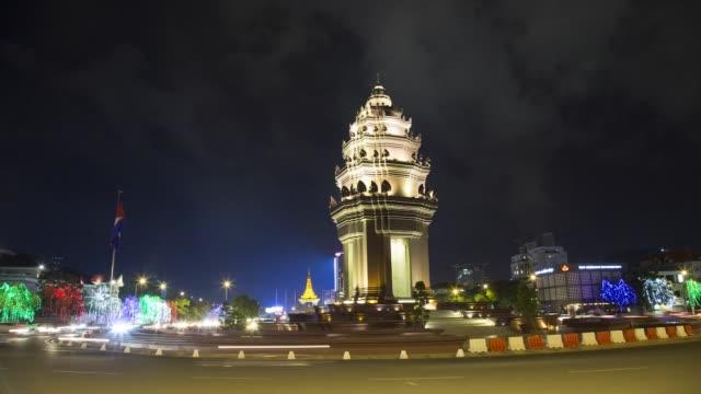 timelapse, traffic passes independence monument illuminated at night in phnom penh, cambodia, on tuesday, nov. 07, 2017 - ナイトイン点の映像素材/bロール