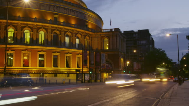 vídeos de stock, filmes e b-roll de timelapse traffic passing the royal albert hall at sunset. - royal albert hall