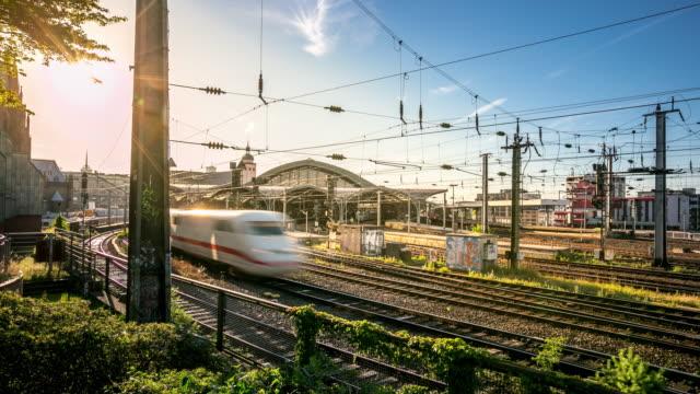 4 k zeitraffer: wenn sie mit dem zug zum hauptbahnhof deutschland - bahnhof stock-videos und b-roll-filmmaterial