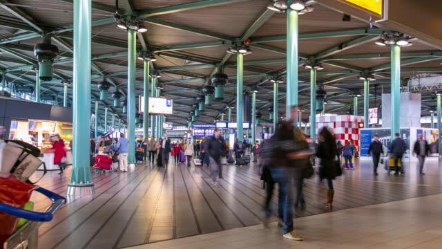 Time-lapse: resenären på flygplatsen ankomst Terminal Schiphol Amsterdam Nederländerna