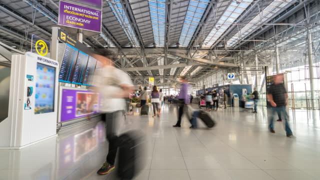 Time-lapse: resenären på flygplats avresa informationstavla
