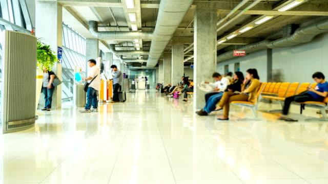 vidéos et rushes de hd time-lapse: voyageurs à la porte d'embarquement à l'aéroport - voyage d'affaires