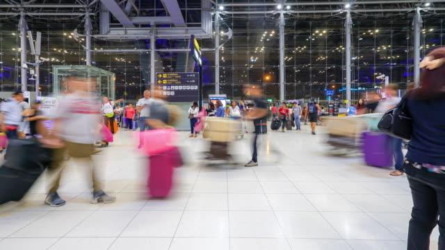 zeitraffer: masse der reisenden am flughafen einchecken schalterhalle - besichtigung stock-videos und b-roll-filmmaterial