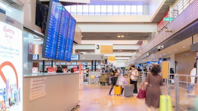 time-lapse: traveler crowd at airport check in counter hall - addetto all'accettazione video stock e b–roll