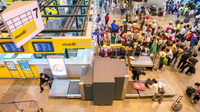 vídeos y material grabado en eventos de stock de 4 k time-lapse: aeropuerto de multitud de viajeros en hall de mostrador de check-in - pasillo de entrada