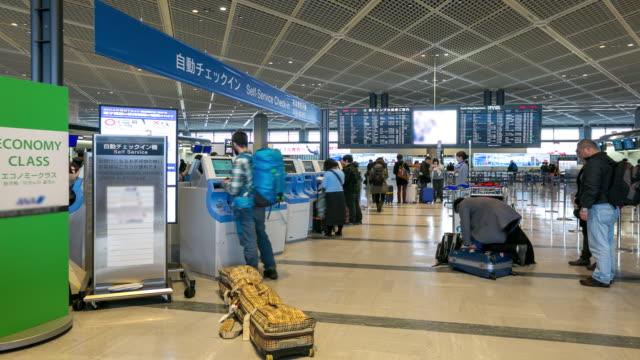Zeitraffer: Traveler Menge am Flughafen-Check-in-Automaten