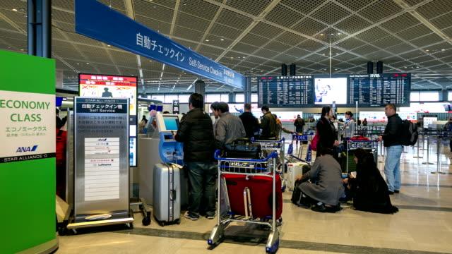 hd-zeitraffer:  menschenmenge am flughafen-check-in-kiosk - kiosk stock-videos und b-roll-filmmaterial
