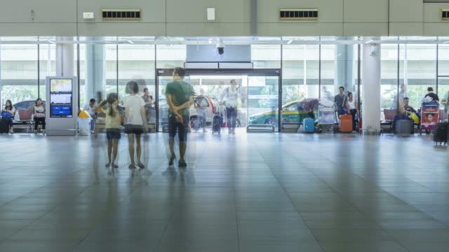 4K Time-Lapse: voyageur foule au Hall de départ de l'aéroport Bangkok Donmuang avec Taxi à l'extérieur