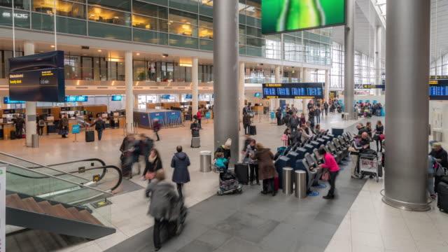 デンマークのコペンハーゲン空港出発ホールにコマ撮り旅行者群集 - オーレスン地域点の映像素材/bロール