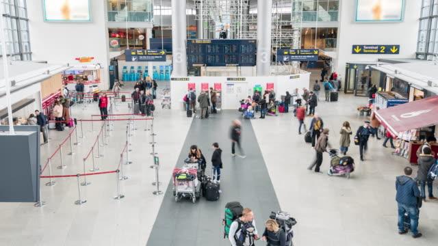 time-lapse traveler crowd at airport departure hall copenhagen denmark - addetto all'accettazione video stock e b–roll
