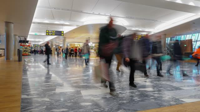 vídeos de stock, filmes e b-roll de multidão de viajante do tempo-lapso no hall de saída do aeroporto oslo noruega, formato apple prores 422 (hq) 3840 x 2160 - aeroporto gardermoen de oslo