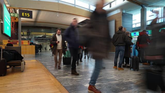 Time-Lapse Reisenden Publikum in Abflughalle Flughafen Oslo Norwegen