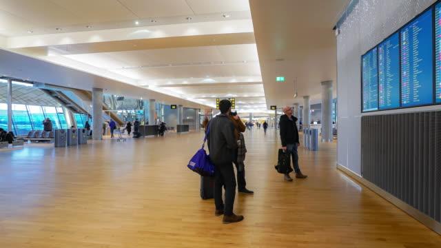 time-lapse traveler crowd at airport departure hall oslo norway - addetto all'accettazione video stock e b–roll