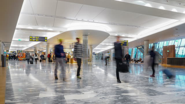 vídeos de stock, filmes e b-roll de multidão de viajante do tempo-lapso no hall de saída do aeroporto oslo noruega - aeroporto gardermoen de oslo