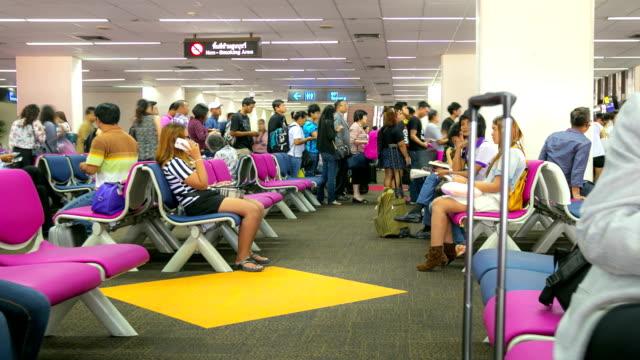 vidéos et rushes de hd timelapse: foule de voyageurs au hall d'attente de l'aéroport - hd format