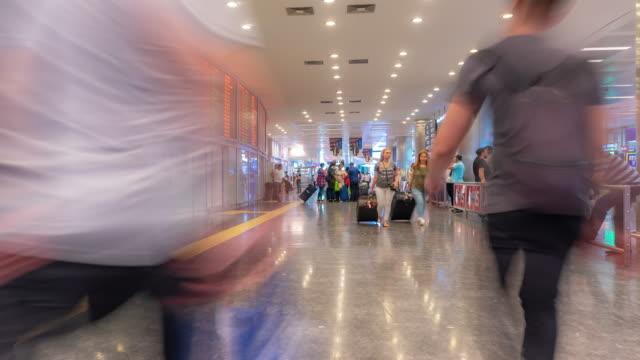 vídeos y material grabado en eventos de stock de timelapse: viajero multitud en zona de la puerta de llegada de turquía estambul - avión de pasajeros