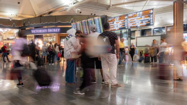 vidéos et rushes de timelapse: foule de voyageurs à istanbul turquie départ et zone de transfert - moyen orient