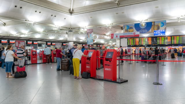 timelapse: traveler crowd at istanbul turkey international airport departure terminal - addetto all'accettazione video stock e b–roll