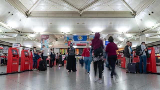vidéos et rushes de timelapse: traveler crowd at istanbul turkey international airport departure terminal - moyen oriental