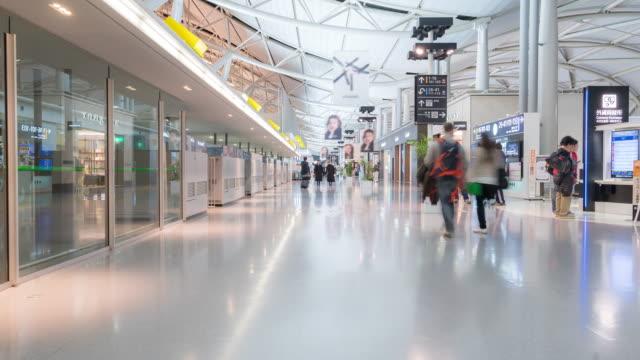 zeitraffer: traveler menge am kansai flughafen abflug terminal japan - kiosk stock-videos und b-roll-filmmaterial